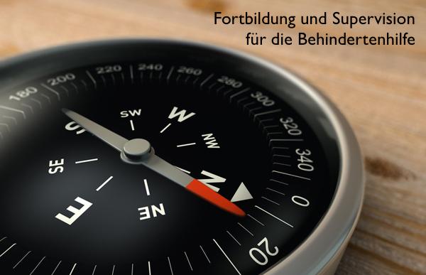 Kompass auf Holz, Tiefenunschärfe